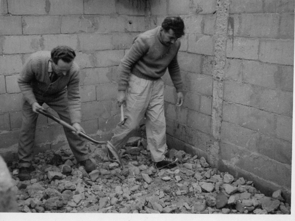 Ariel Duarte y Homero Grillo construyendo piso de porqueriza