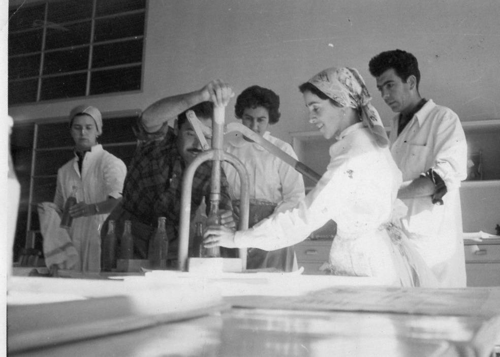 Becarios del Instituto Normal Rural Carolina Sosa, José María Vera y otros en clase de Educaicón para el Hogar