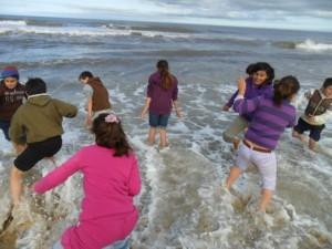 CEIMER Alumnos jugando en el mar