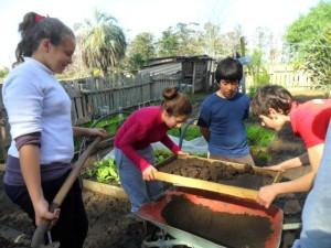 CEIMER Niños cirniendo tierra