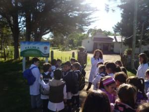 Ceimer Niños llegando al Centro con cartel