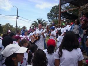 Día del Niño Rural Maestro cantando