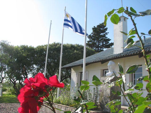 Escuela 34 Bandera y busto