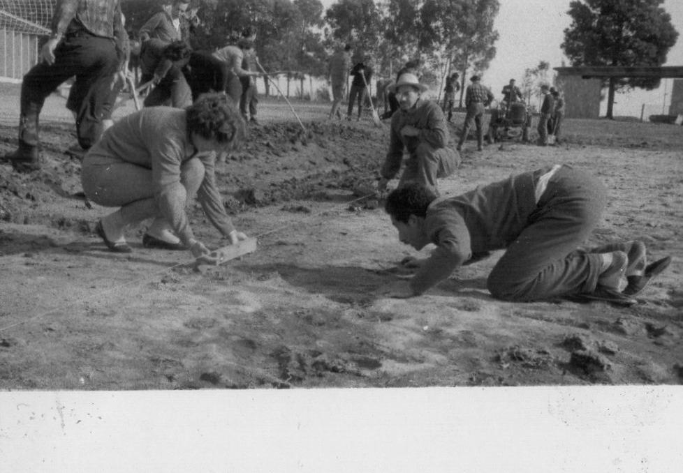 I.N.R. Becarios nivelando el terreno para construcción de cancha