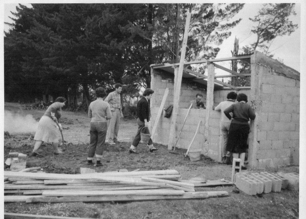 I.N.R. Becarios trabajando en la construcción de una porqueriza