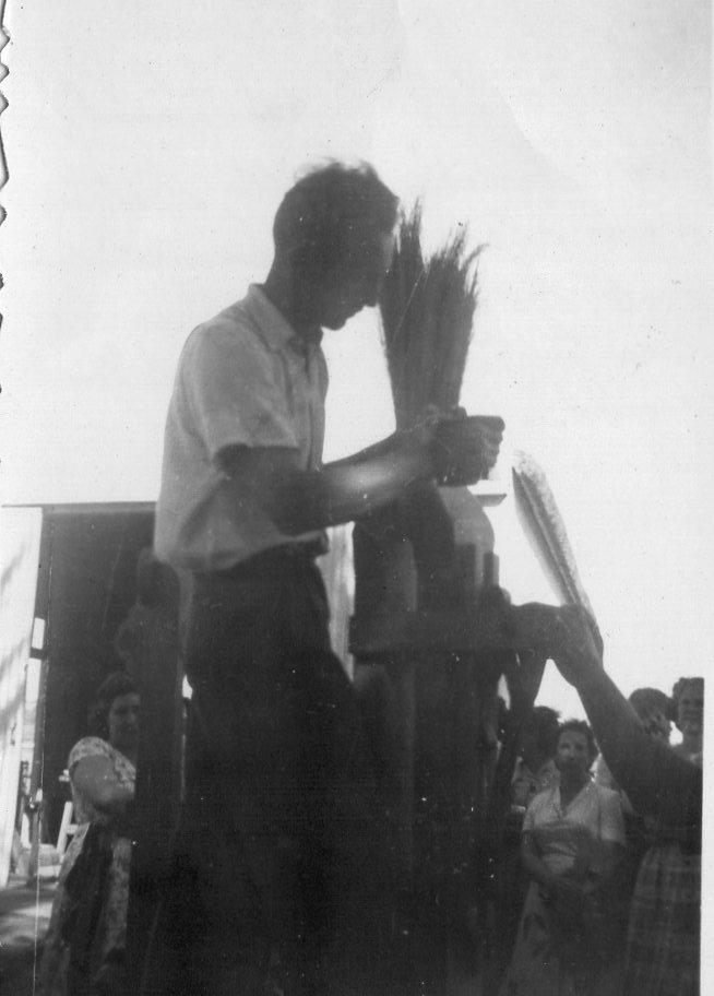 I.N.R. dando una clase sobre fabricación de escobas