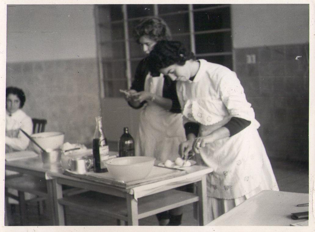 Instituto Normal Rural. Becaria Elda Manrique en clase de Educación para el Hogar