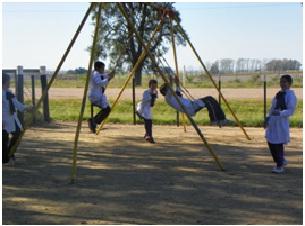 niños en el patio escuela N°13
